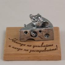 """Фигурка """"Никогда не унывайте и нигде не застревайте!"""" (мышь застряла в сыре)"""