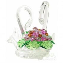 Хрустальные лебеди с фиолетовыми цветами